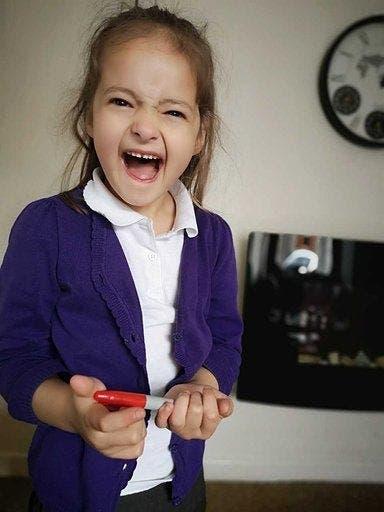 Pour rater l'école, elle se dessine des boutons de varicelle sur le corps - son piège se retourne contre elle