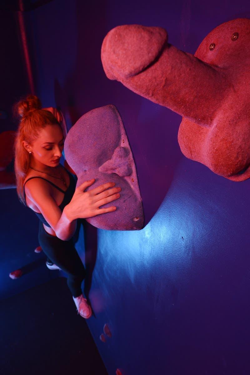 Un mur d'escalade érotique pour casser les tabous liés à la sexualité