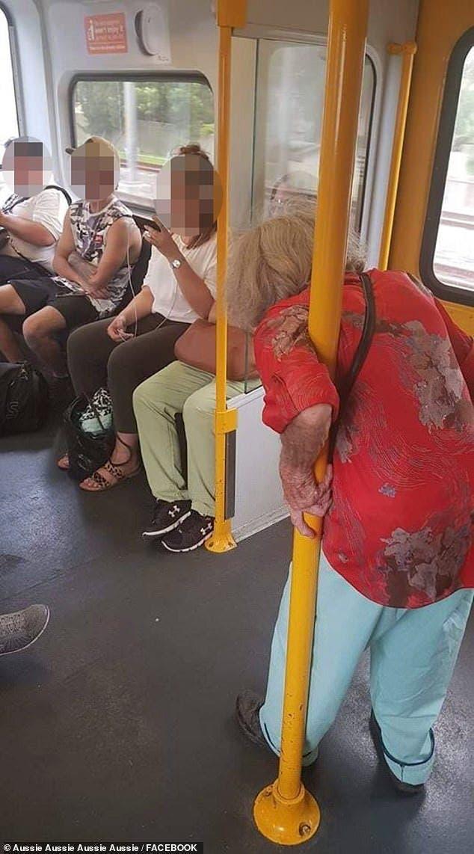 ont pas laissé une vieille dame s'asseoir dans le train