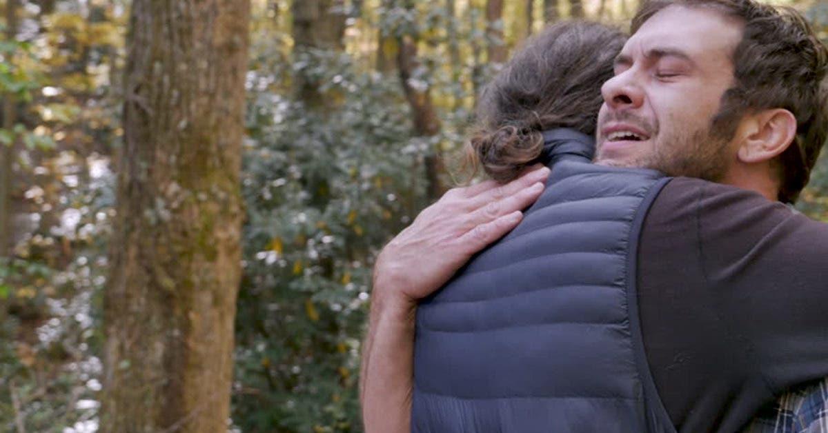 Ce père réconforte et prend dans les bras l'homme qui a écrasé sa fille dans un accident