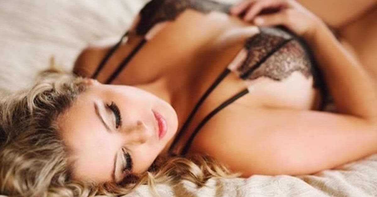pour-faire-plaisir-a-son-mari-et-raviver-la-flamme-dans-son-couple-une-femme-pose-pour-des-photos-en-lingerie