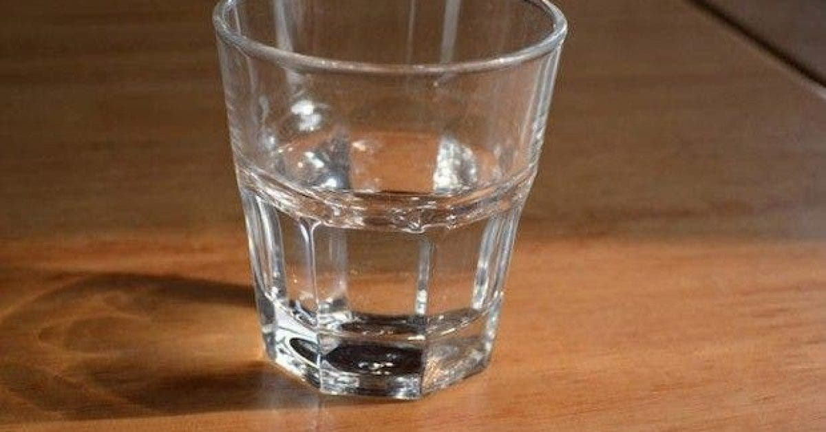pourquoi vous ne devriez pas boire leau laissee sur votre table de chevet toute la nuit 1