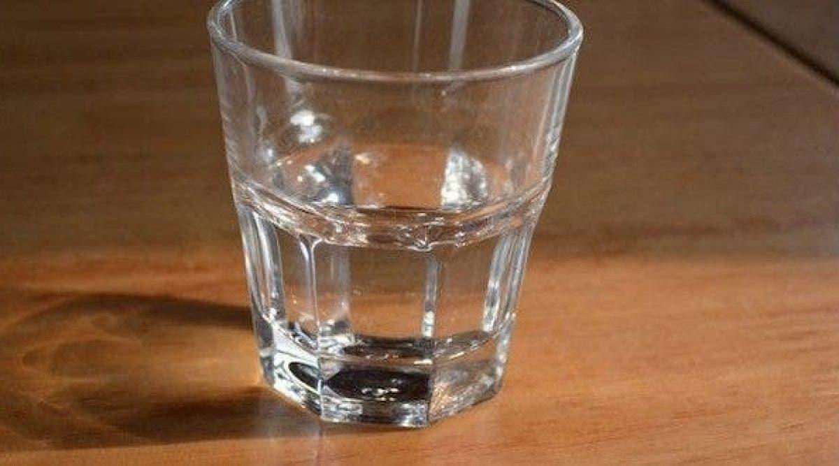 Pourquoi vous ne devriez pas boire l'eau laissée sur votre