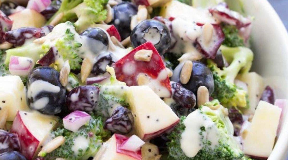 recette-de-salade-de-brocolis-pommes-et-myrtilles-avec-une-delicieuse-vinaigrette-sans-mayonnaise