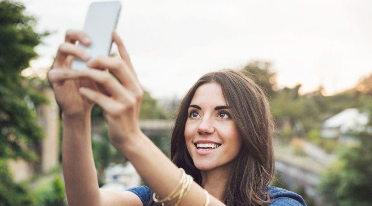 La prise obsessionnelle de selfies