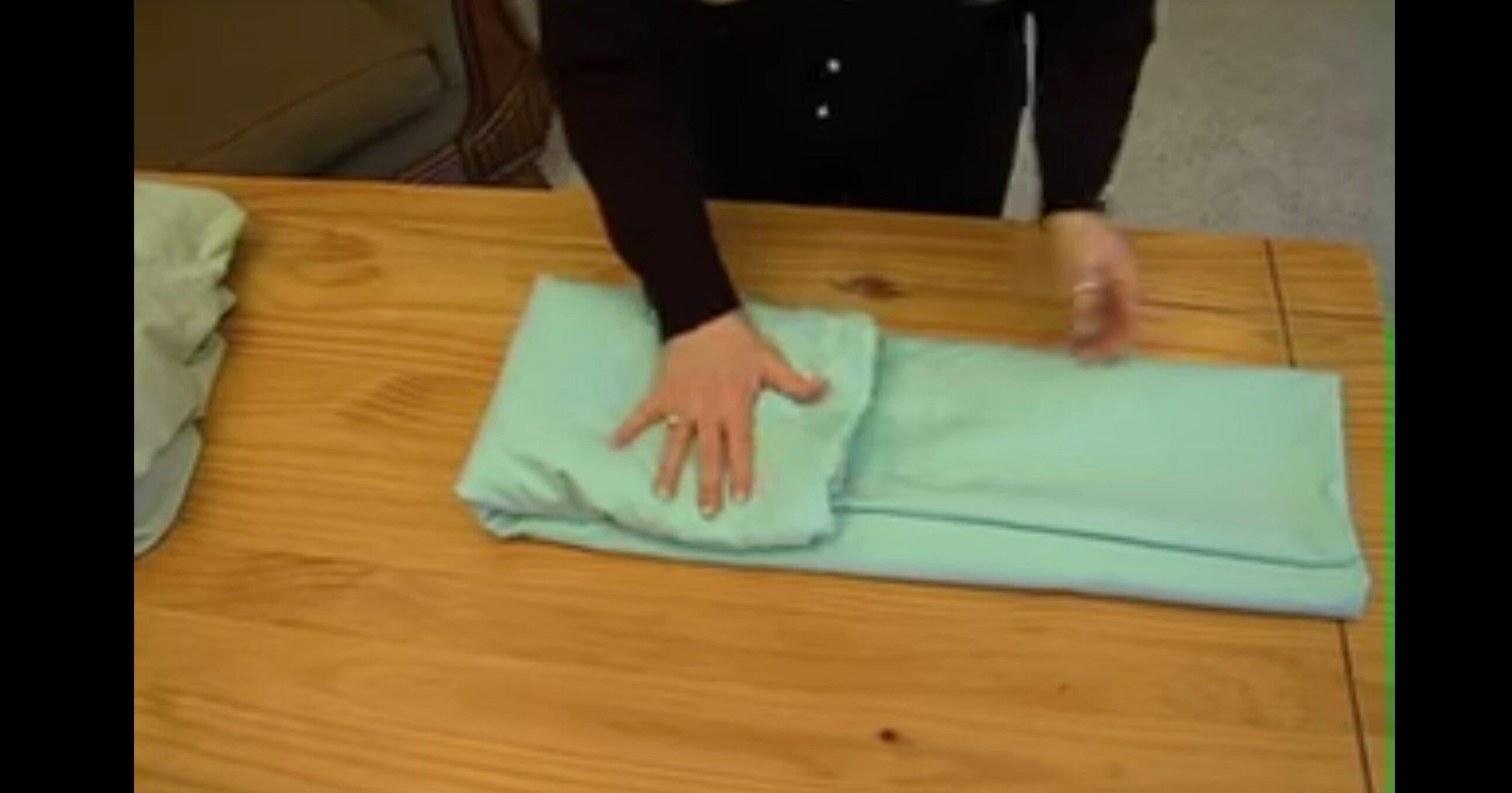 voici comment plier un drap housse en moins d une minute. Black Bedroom Furniture Sets. Home Design Ideas