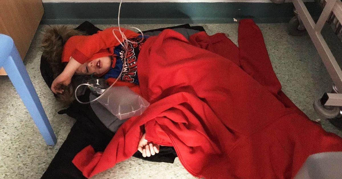 souffrant de pneumonie ce petit garcon est force de dormir sur le sol de lhopital 1