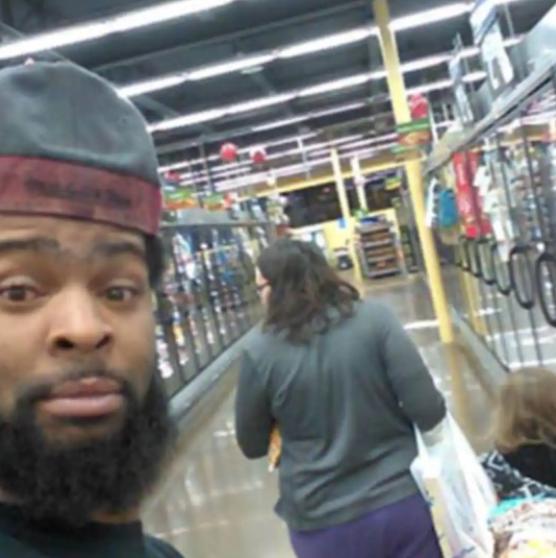 l'homme achète de la nourriture pour une maman