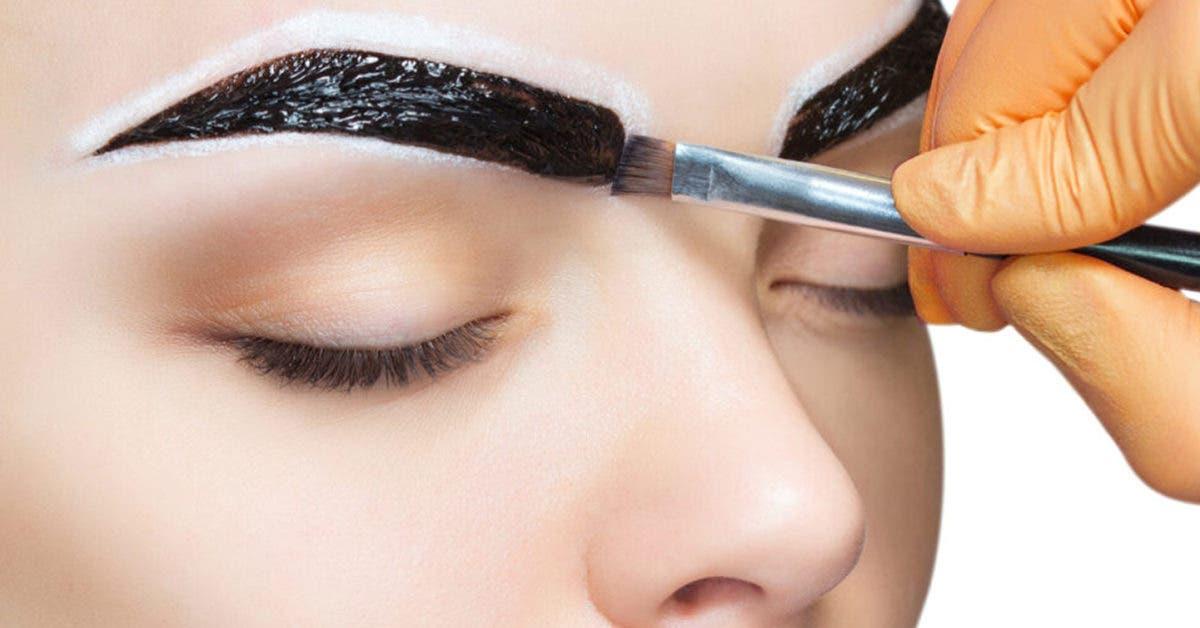 Teinture de sourcils maison, la technique pour les avoir plus épais en quelques minutes