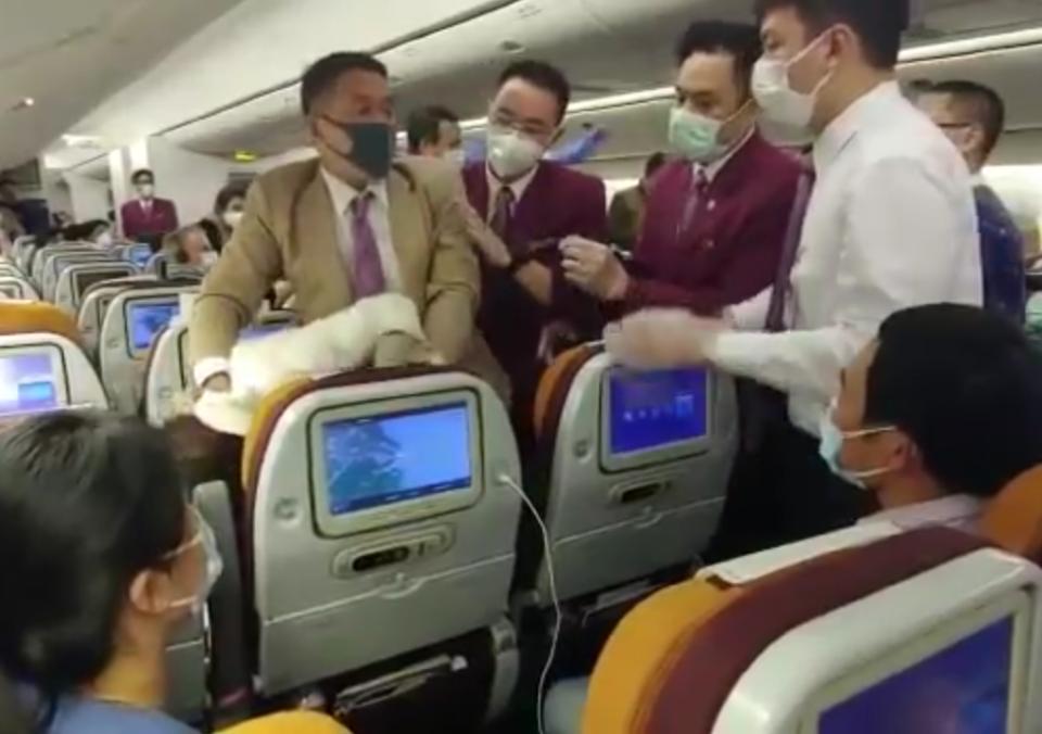 Coronavirus : Une passagère chinoise qui tousse volontérement sur un agent de bord est violentée dans l'avion