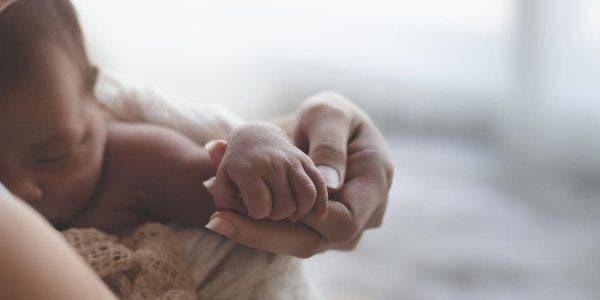 un-bebe-se-reveille-apres-avoir-passe-5-jours-dans-le-coma-et-les-parents-decouvrent-quil-souffre-dune-maladie-grave