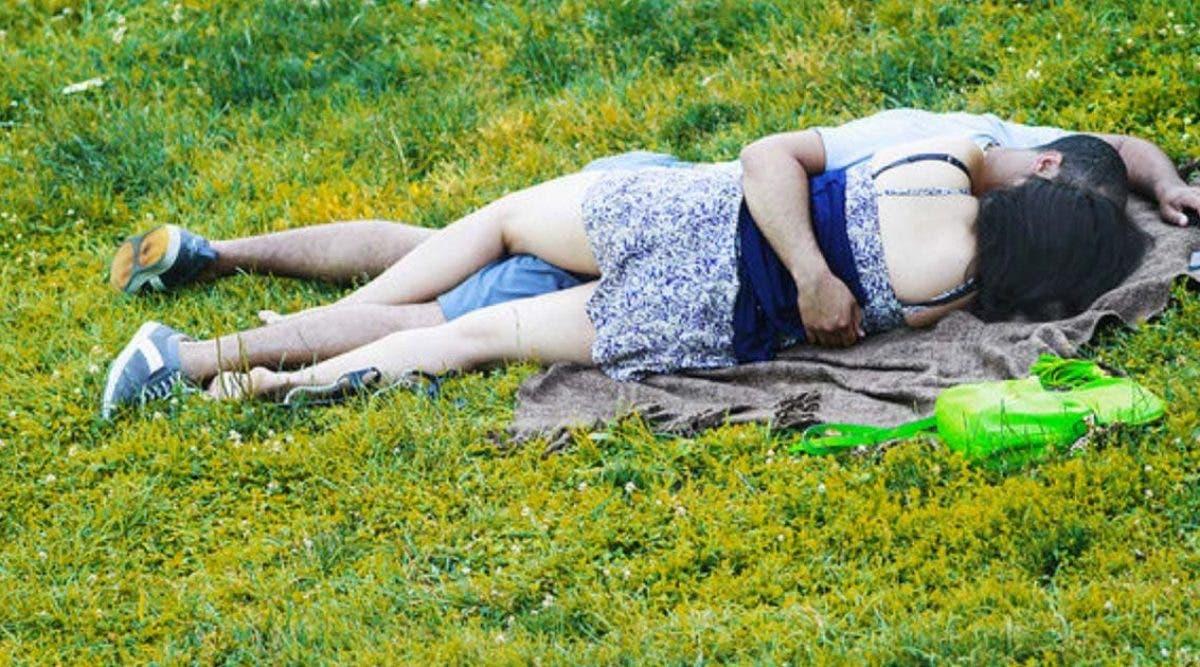 un-couple-a-ete-pris-en-flagrant-delit-en-train-de-faire-lamour-dans-un-parc