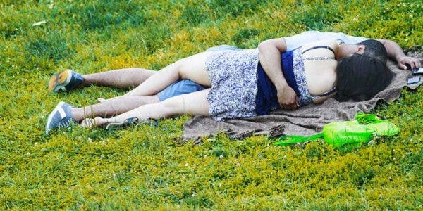un-couple-a-ete-pris-en-flagrant-delit-en-train-de-faire-lamour-dans-un-parc