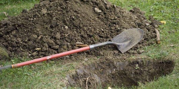 un-couple-qui-enterrait-son-nouveau-ne-tombe-sur-un-bebe-enterre-vivant