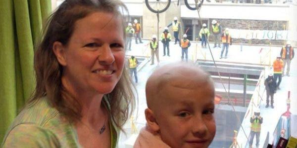 un-enfant-de-10-ans-qui-lutte-contre-le-cancer-recoit-une-surprise-danniversaire-par-la-fenetre-de-lhopital-joyeux-anniversaire-❤️