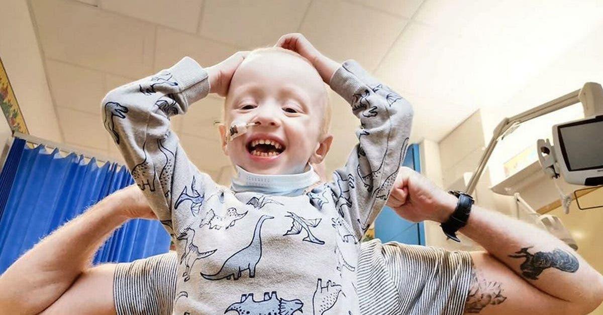 un-garcon-de-4-ans-bat-le-coronavirus-tout-en-luttant-contre-un-cancer-avec-une-chimiotherapie-extenuante