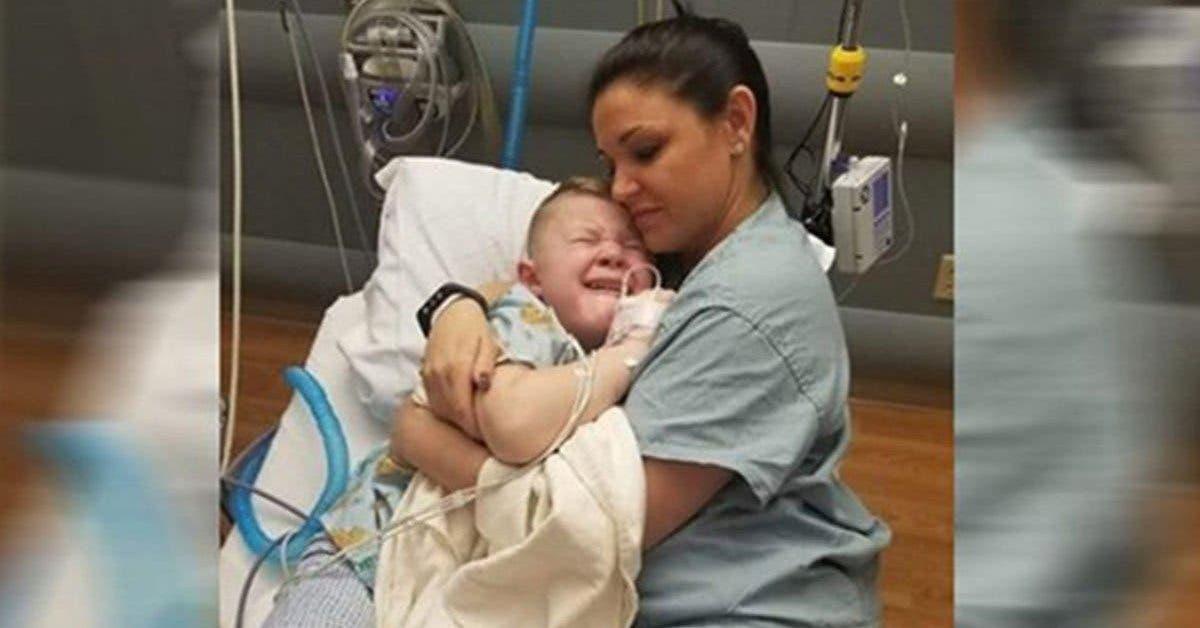 un-garcon-de-5-ans-se-reveille-apres-une-operation-sans-personne-a-ses-cotes-une-infirmiere-sapproche-et-le-serre-fort