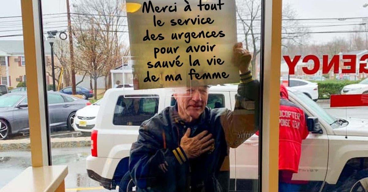 un-homme-en-pleure-brandit-une-pancarte-temoignant-de-sa-gratitude-envers-le-personnel-medical
