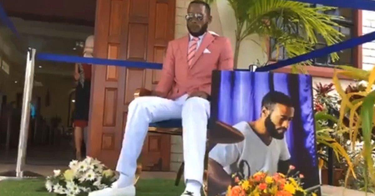 un-homme-mort-est-interdit-dassister-a-ses-propres-funerailles-apres-etre-arrive-assis-sur-une-chaise