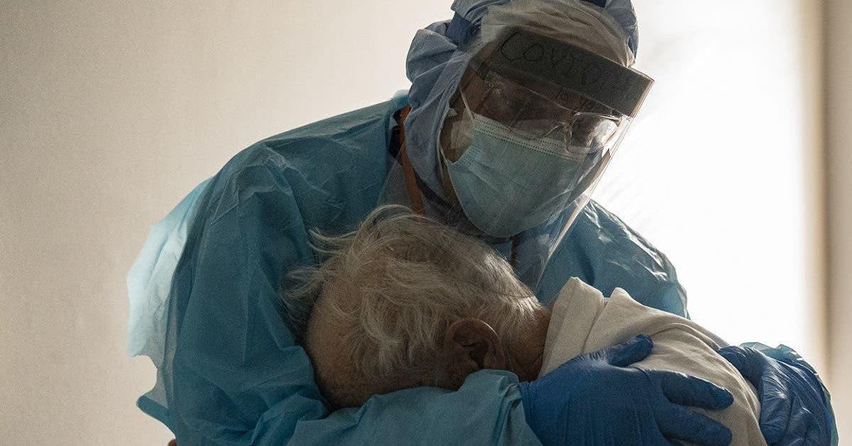 un-medecin-prend-dans-ses-bras-en-pleurant-toutes-ses-larmes-un-patient-atteint-du-covid-19