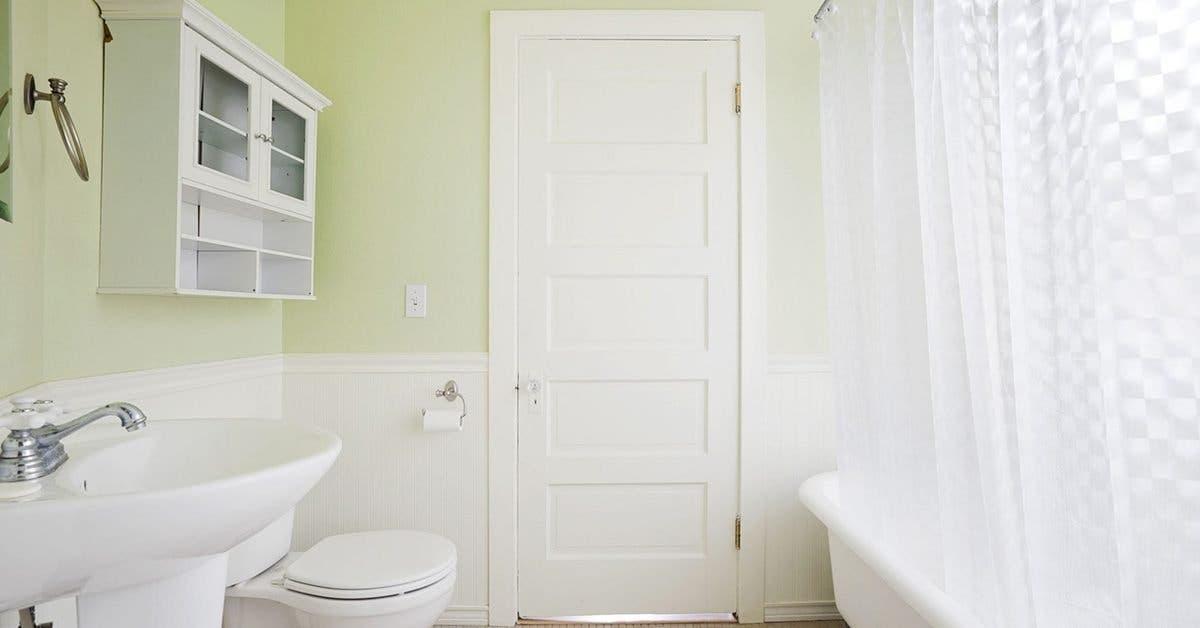 un-spray-maison-efficace-pour-enlever-les-traces-jaunes-sur-la-ceramique-de-la-salle-de-bain