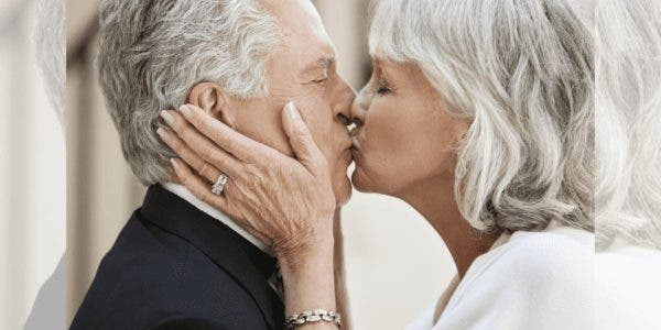 une-epouse-amoureuse-se-remarie-avec-son-mari-atteint-de-la-maladie-dalzheimer-apres-quil-ait-oublie-leur-premier-mariage