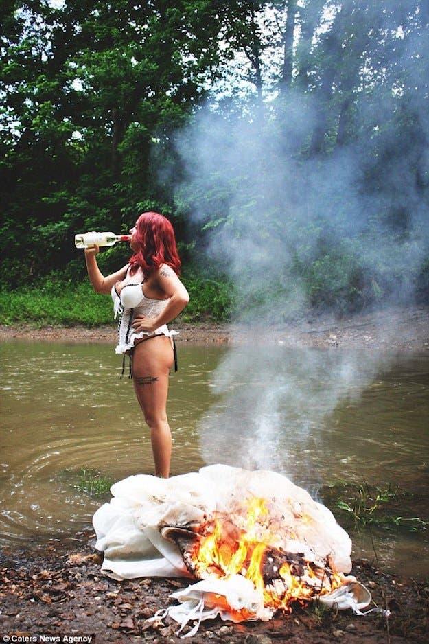 une femme brûle sa robe de mariage et publie les photos sur les réseaux sociaux