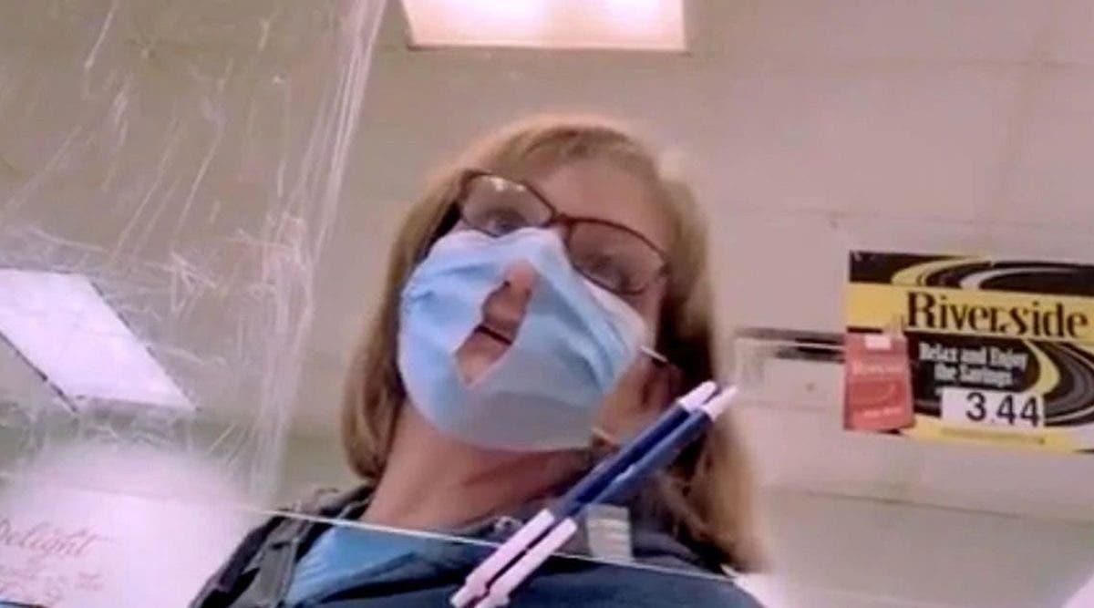 une-femme-perce-un-trou-dans-son-masque-pour-mieux-respirer