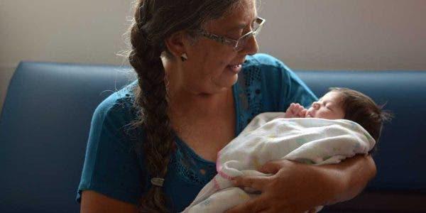 une-grand-mere-de-60-ans-insiste-pour-allaiter-elle-meme-le-bebe-de-son-fils