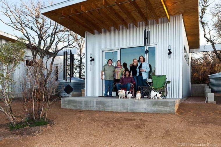 une groupe d'amis construit un village écolo