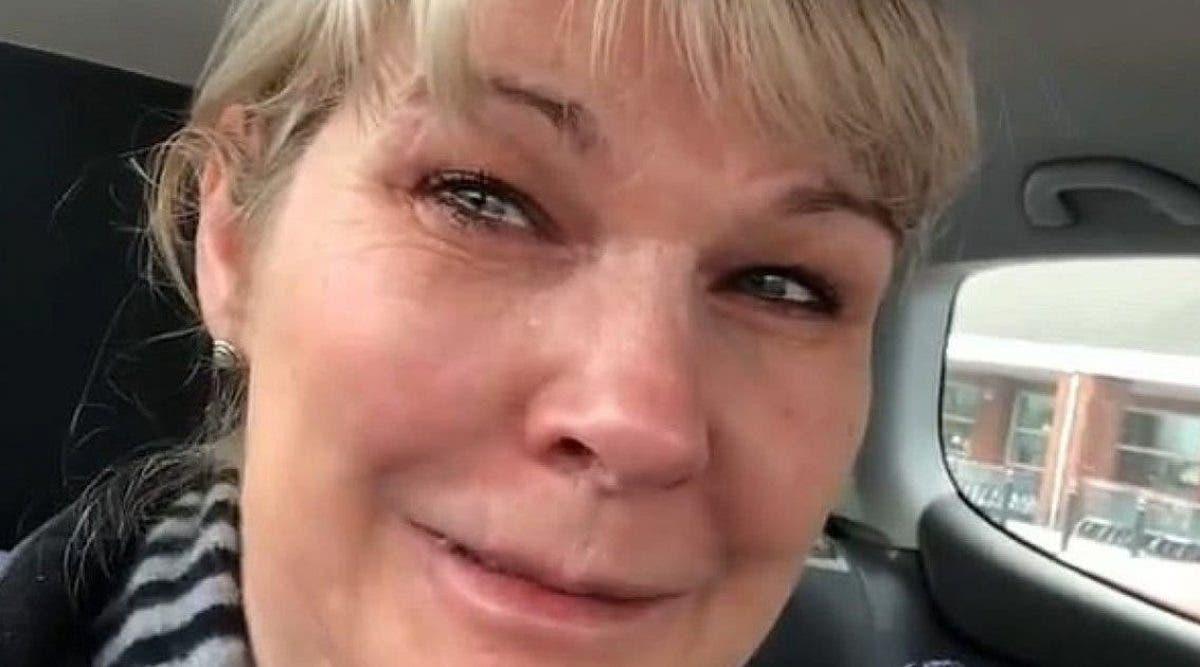 une-infirmiere-en-larmes-demande-aux-gens-darreter-de-vider-les-rayons-des-supermarches