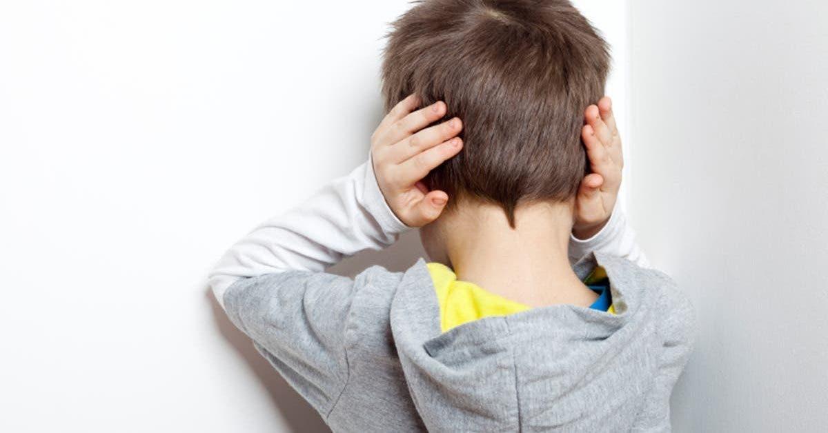 une maman est furieuse quand elle apprend que son fils atteint dautisme est force dinstaller son bureau dans les toilettes de lecole 1