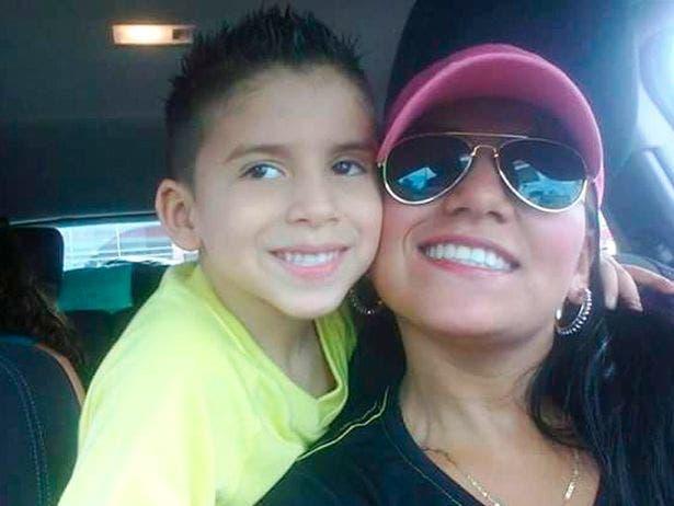 une maman saute d'un pont avec son fils