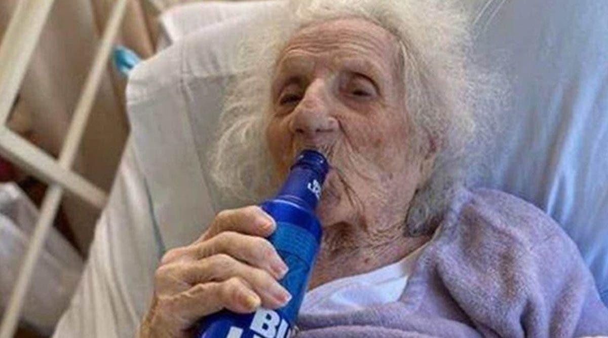 une-mamie-de-103-ans-celebre-sa-guerison-du-coronavirus-en-buvant-une-biere-fraiche