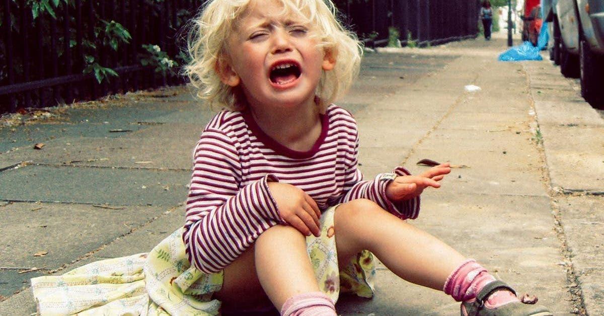 une-mere-cruelle-et-son-petit-ami-abandonnent-sa-fille-de-6-ans-au-milieu-de-la-rue-et-la-jettent