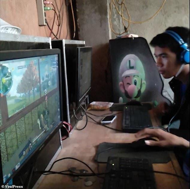 Une mère nourrit son fils accro aux jeux vidéo