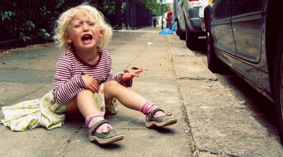 une-mere-sans-coeur-abandonne-sa-fille-de-6-ans-sur-la-route-jette-ses-vetements-par-la-fenetre-et-senfuit-avec-son-petit-ami
