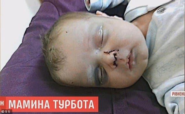 Une mère sans cœur bat son bébé