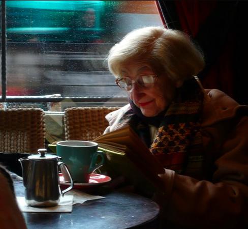 vieille femme lire bouquin