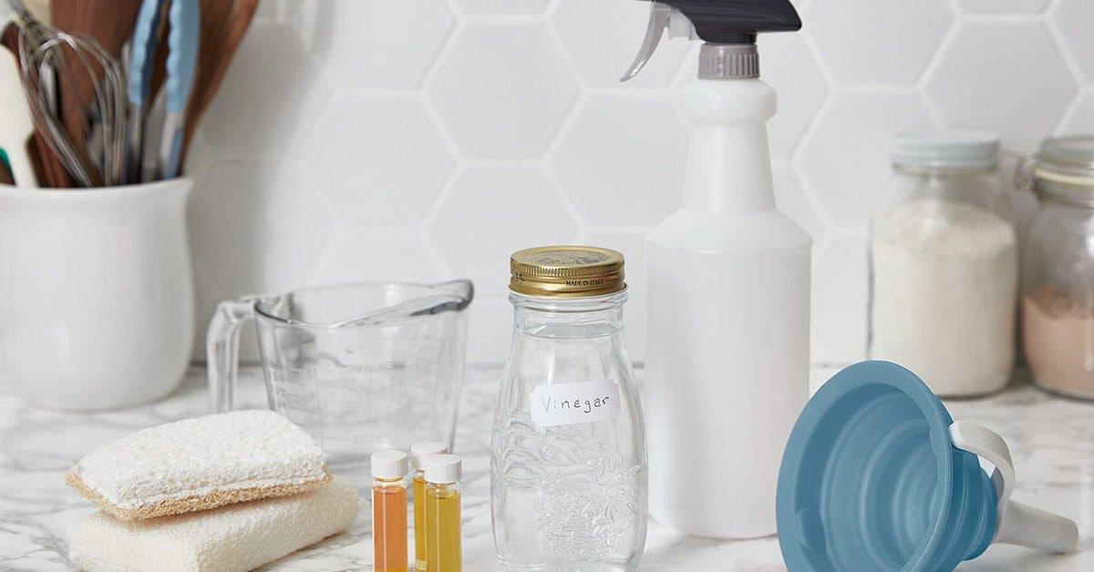 Nettoyez votre douche de salle de bain et éliminez la graisse de vos casseroles grâce à ce spray maison