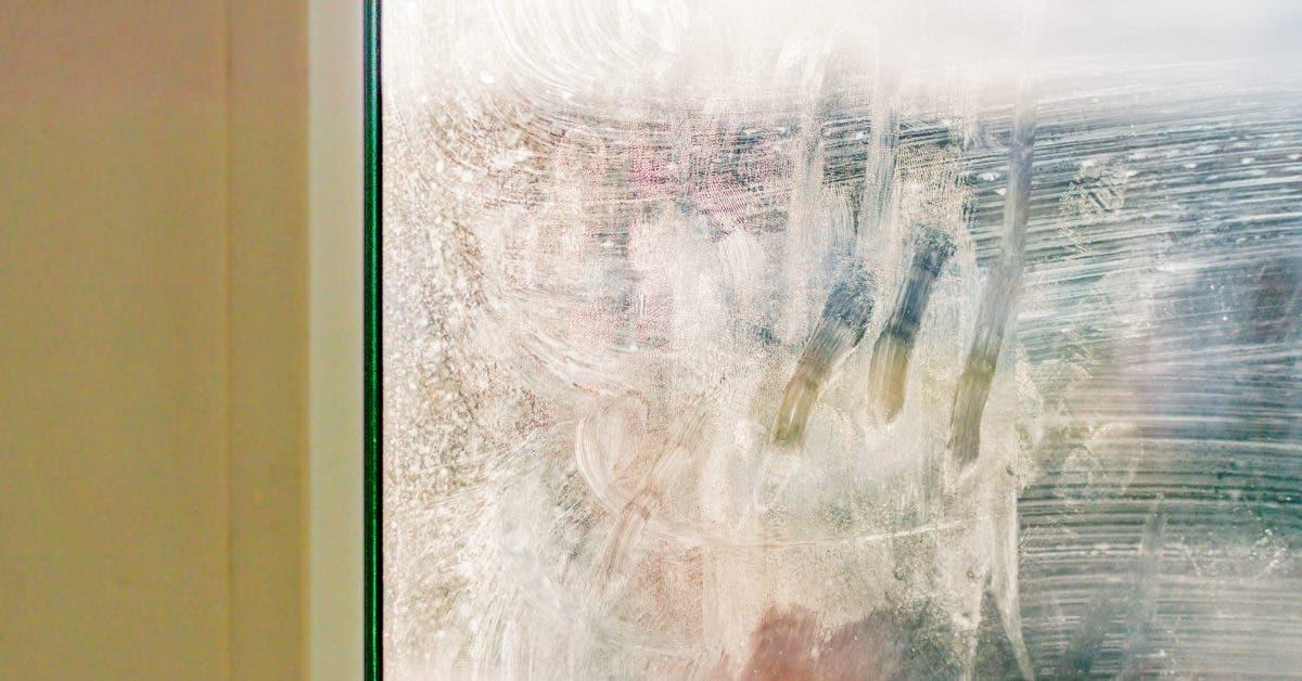Vitres et miroirs sales : 5 astuces pour les nettoyer sans laisser de traces