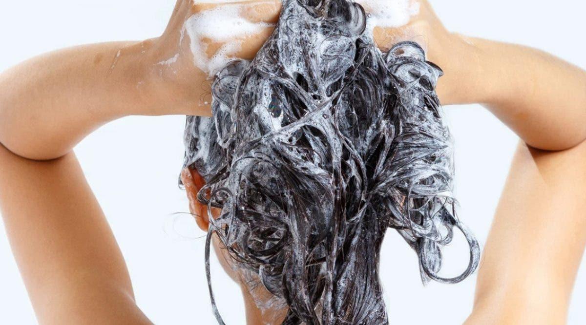 voici-comment-preparer-un-shampoing-clarifiant-au-bicarbonate-de-soude-pour-retrouver-des-cheveux-sains