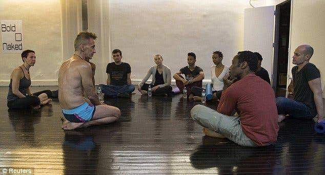 Ce studio de Yoga offre des cours mixtes complètement nus pour combattre les préjugés